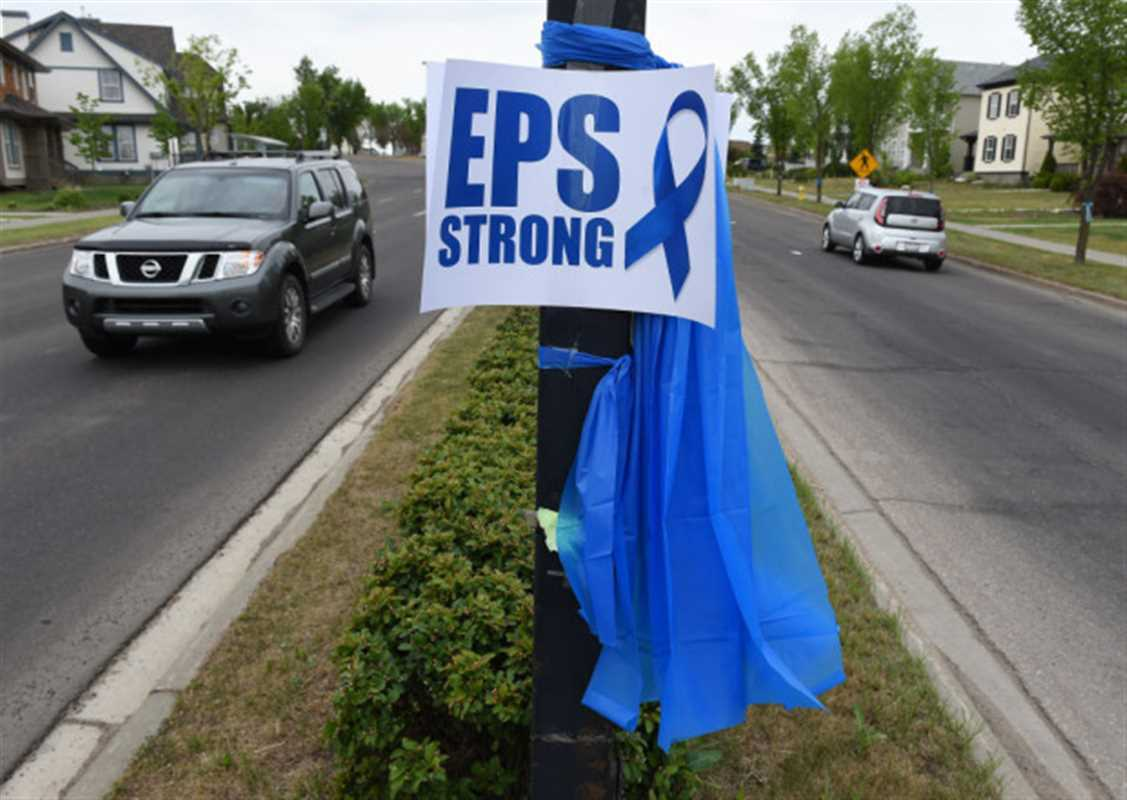 Local Input~ EDMONTON, ALBERTA, JUNE 11, 2015: Many blue ribbons line the streets in Terwillegar to honour slain Constable Daniel Woodall in Edmonton on Thursday June 11, 2015. (Photo by John Lucas/Edmonton Journal) (standalone) ORG XMIT: POS1506111545230031 ORG XMIT: POS1506111657220191